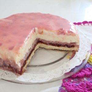 עוגת גבינה עם קרם תותים